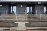Dworzec Główny PKP w Szczecinie. Niewidomi korzystający z oznakowania trafiają... prosto w ścianę