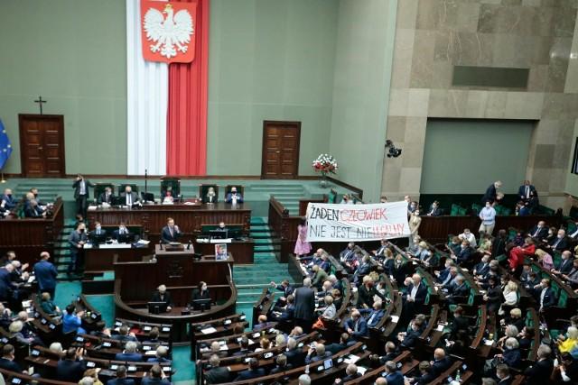 Zapora na granicy polsko-białoruskiej. Rząd przyjął projekt ustawy, a dzisiaj zajmą się nią posłowie. Ile będzie kosztować?