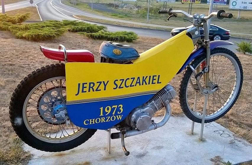 Motocykl na rondzie im. Jerzego Szczakiela.