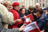 Poznań: Kolejka po flagi Polski na Starym Rynku. Wyszarpywano sobie biało-czerwone [ZDJĘCIA]