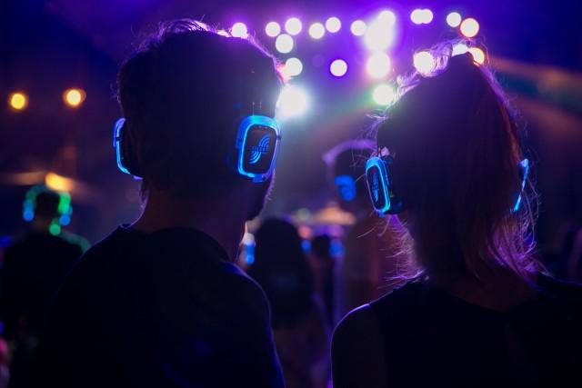 Chętnie słuchamy materiałów audio podczas biegania czy innych ćwiczeń na świeżym powietrzu – wskazało tak 69 proc. ankietowanych.
