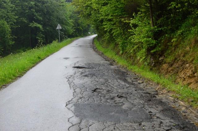 Tak wygląda dziś droga na Chełmie. Kto i kiedy ją naprawi?