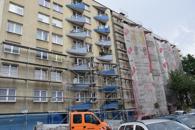 Niebieskie Bloki w Katowicach. Blok przy Grażyńskiego 7 jest w remoncie