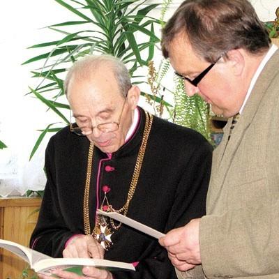 Ks. Borowski (z lewej) od lat zajmuje się historią Podlasia, kierując archiwum diecezjalnym. Tę z Lasu Pilickiego przeżył sam.