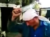 Prawdziwy hardkor rozwala głową butelki. Chyba że... (wideo)