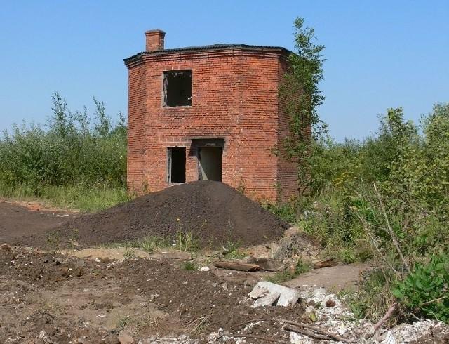 Podczas weryfikacji dokumentów w Krajowym Rejestrze Sądowym okazało się, że siedzibą firmy jest nieruchomość, na której znajdują się tylko odpady oraz pozostałości po cegielni. Stoi tam pustostan.