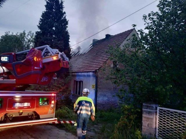 W pożarze w Chwałowicach zginął mężczyzna. Strażacy szukają w zgliszczach jeszcze jednej osoby