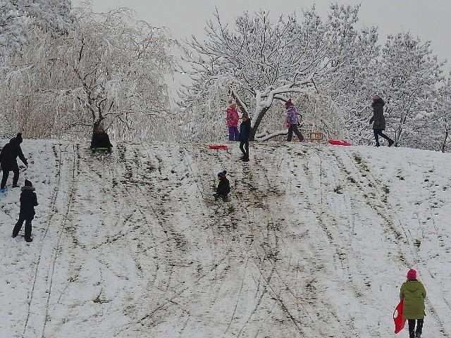 Sanki w Łodzi? Znów można na nich zjeżdżać, bo w 2021 r. wreszcie sypnęło śniegiem. Gdzie w Łodzi można zjeżdżać na sankach? Prezentujemy subiektywny ranking TOP 7 łódzkich górek dla saneczkarzy! Jeśli o którejś z nich zapomnieliśmy, koniecznie dajcie nam znać! >>> Zobacz nasze TOP 7 na kolejnych ilustracjach >>>