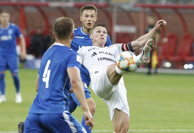 Marcin Robak potrafi zrobić z piłką wszystko, a rywale mogą tylko patrzeć z niedowierzaniem