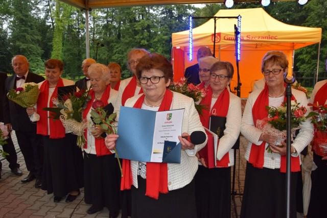 """Niebo płakało, ale serca się radowały. Tak można w skrócie podsumować obchody jubileuszu 20-lecia zespołu śpiewaczego """"Osoria"""" w Szczańcu"""