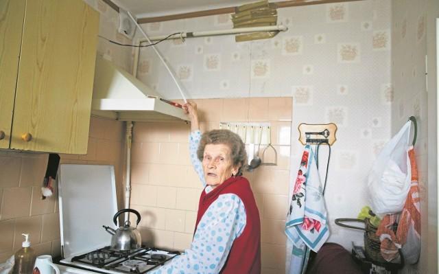 """Galina Sewastjaniuk przyczepiła do kijka chusteczkę. Za pomocą tego """"urządzenia"""" własnej roboty obserwuje, jak powietrze jest wtłaczane do jej mieszkania. - Często, niestety, śmierdzące - mówi."""