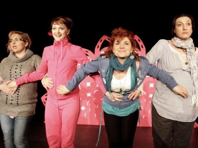 Cztery tajemnice, cztery kobiety i jeden punkt wspólny - wszystkie bohaterki są szczęśliwe, ale tylko na pozór. Na scenie zobaczymy aktorki Teatru Dramatycznego (od lewej): Ewę Palińską, Katarzynę Mikiewicz, Agnieszkę Możejko-Szekowską oraz Aleksandrę Maj.