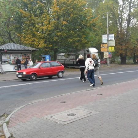 """Uczniowie często wybierają drogę na skróty przez jezdnię. W przyszłym tygodniu szkoła włączy się do ogólnopolskiej akcji pod hasłem ,,Wypadki na drogach - porozmawiajmy"""". W jej ramach młodzież szkoły spotka się 16 października z funkcjonariuszami policji, którzy poinformują ją o zasadach bezpieczeństwa w ruchu drogowym."""