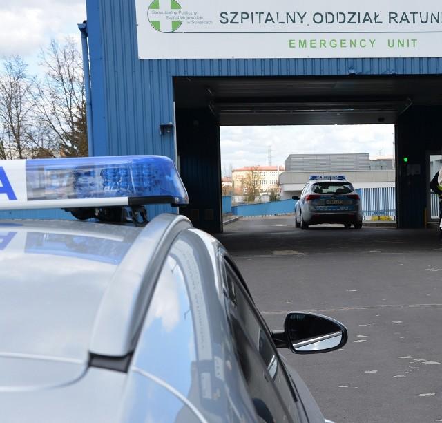 Policjanci błyskawicznie rozpoczęli pilotaż samochodu. Jednocześnie dyżurny suwalskiej policji powiadomił o całej sytuacji lekarzy ze szpitala w Suwałkach.