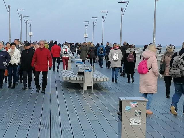 W słoneczne południe pogoda zachęcała do spacerów nad morzem. Wielu mieszkańców i turystów spędziło ten czas na kołobrzeskiej plaży.Zobacz także Festiwal Interfolk w Kołobrzegu