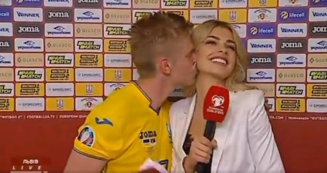 Po rozgromieniu Serbii przez Ukrainę (5:0) show skradł pomocnik zwycięskiej ekipy Ołeksandr Zinczenko. Piłkarz Manchesteru City na zakończenie telewizyjnego wywiadu... pocałował reporterkę. To piękna fanka futbolu Vlada Sedan, która w 2016 r. przykuła uwagę fotoreporterów podczas Euro we Francji. Obecnie pracuje w ukraińskiej stacji Football 1 i Football 2. Zobacz zdjęcia gorącej dziennikarki!