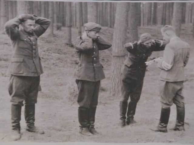 """Podpis pod tym zdjęciem głosi """"Ci trzej polscy żołnierze (...) ponieważ należą do bandy, która po przywództwem polskiego pułkownika, napada z bronią w ręku na ludność cywilną, zostali po krótkim przesłuchaniu rozstrzelani..."""". Jego autorami nie są muzealnicy, ale hitlerowscy propagandyści."""