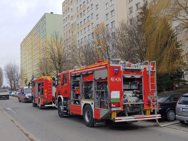 Ciało strażacy znaleźli w zadymionym mieszkaniu przy ul.  Gen. F. Kleeberga 9 w Inowrocławiu