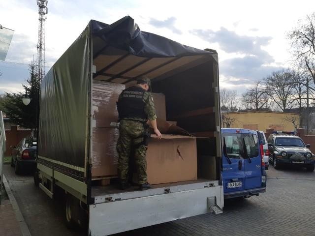 4 kwietnia funkcjonariusze z Placówki Straży Granicznej w Tuplicach pełniąc służbę w pobliżu miejscowości Królów, zatrzymali do kontroli samochód ciężarowy marki IVECO. - W trakcie sprawdzania dokumentów uwagę funkcjonariuszy zwróciło niespokojne zachowanie kierowcy pojazdu - informuje mjr SG Joanna Konieczniak, rzeczniczka prasowy komendanta Nadodrzańskiego Oddziału Straży Granicznej. -  W wyniku kontroli w przestrzeni ładunkowej zatrzymanej ciężarówki funkcjonariusze ujawnili 3 tony suszu tytoniowego o szacunkowej wartości 1 375 920 zł. 34-letniego mieszkańca Zielonej Góry zatrzymano za nabywanie, przechowywanie i przewożenie wyrobów akcyzowych bez specjalnych oznaczeń - dodaje rzeczniczka. Czytaj również: Dramatyczne odkrycie w Zielonej Górze. Sprzątaczka znalazła zakrwawione ciało mężczyzny. Co się stało?;nfNielegalny ładunek oraz pojazd pozostaje w dyspozycji SG z Tuplic. W przedmiotowej sprawie wszczęto postępowanie przygotowawcze, które nadzoruje Prokuratura Rejonowa w Żarach.WIDEO: Pijany Romeo i Julia na rowerach w gminie Drezdenko. On miał 1,5, ona 4 promile