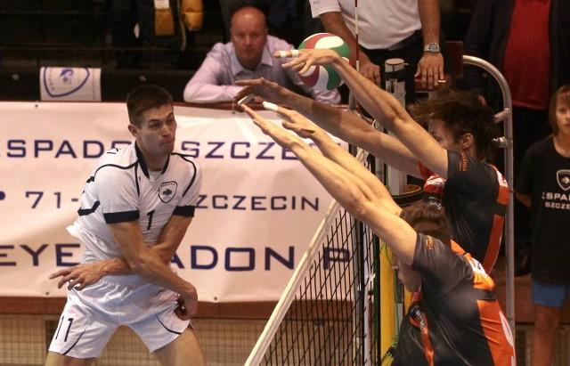Espadon wygrał za trzy punkty. Na zdjęciu Patryk Orłowski (atakuje).