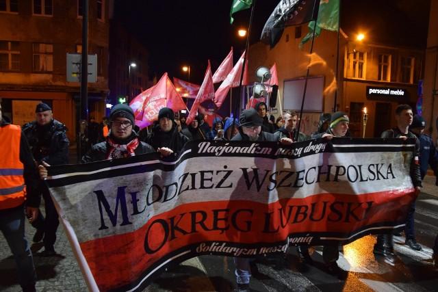 """W niedzielę, 3 marca swój marsz w Zielonej Górze zorganizowali lubuscy narodowcy. Zgodnie z zapowiedziami organizatora manifestacja ta jest wyrażeniem hołdu dla żołnierzy z podziemia antykomunistycznego, którzy po 1944 roku nie poddali się oraz kontynuowali walkę z sowieckim okupantem. - Idziemy przez miasto, żeby oddać hołd ludziom, żeby wspólnie świętować niepodległość, którą mamy. Takimi marszami przypominać właśnie,  że tacy ludzie byli i my o nich pamiętamy - mówił w rozmowie z Radiem Zielona Góra Hubert Wójcik, prezes koła Młodzieży Wszechpolskiej w Zielonej Górze.Podczas marszu dało się usłyszeć takie hasła jak """"Cześć i chwała bohaterom"""", """"Nie tęczowa, nie czerwona, tylko Polska narodowa"""", """"Armio wyklęta, Zielona o was pamięta"""", To my, to my, Polacy"""", """"O wyklętych pamiętamy, komunistów potępiamy"""" czy """"Raz sierpem, raz młotem czerwoną hołotę"""". Marsz Młodzieży Wszechpolskiej swój początek miał o godzinie 18 na placu Bohaterów. Manifestacja przeszła ulicami: Bohaterów Westerplatte, Reja, Konstytucją 3-go Maja i zakończyła tradycyjnie przy pomniku Żołnierzy Wyklętych na placu Adama Lazarowicza, gdzie przemówienia poprzedziły złożenie kwiatów.Marsz przebiegł spokojnie."""