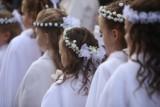 Najpiękniejsze fryzury komunijne dla dziewczynek z Instagrama. Jak upiąć włosy na komunię, aby wyglądały zjawiskowo? 16.05.2021