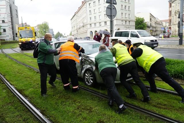 Na wysokości ulicy Święty Wojciech na Małych Garbarach srebrny samochód marki KIA zderzył się z tramwajem.Przejdź do kolejnego zdjęcia --->