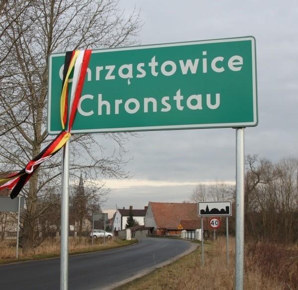Dwujęzyczne tablice stoją także w innych częsiach powiatu np. w podopolskich Chrząstowicach.