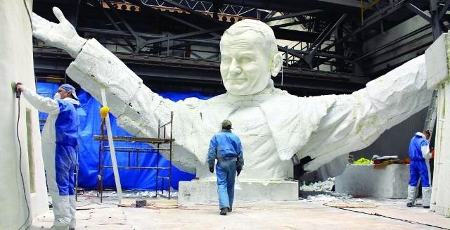 14-metrowy postument, który stanie w Częstochowie, pokona o pół metra zdetronizowany pomnik papieża Polaka w Chile.