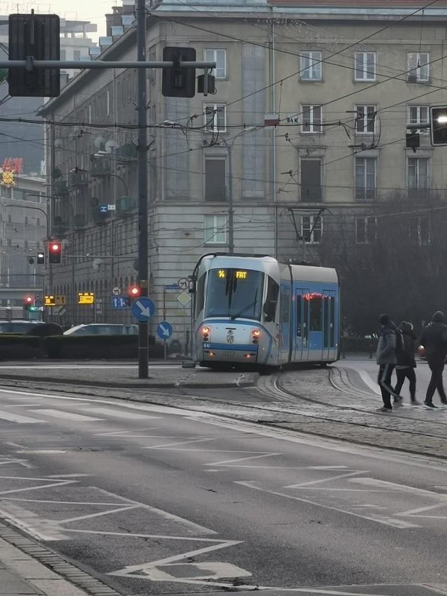 wykolejony tramwaj na pl. Kościuszki we Wrocławiu