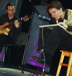 """Przemek Mazurek (z klawiaturą) i Przemek Makulski (z gitarą) z kabaretu """"Obiło się o uszy"""" to ubiegłoroczni laureaci OSPY. To oni poprowadzą OSPĘ 2008."""