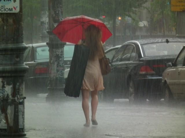Dziś kilkugodzinny ulewny deszcz może spowodować całkowite wstrzymanie ruchu na ulicach. Zalewane są garaże, piwnice, a nawet samochody. Skutki podtopień każdego roku liczone są przez Ministerstwo Klimatu w miliardach.