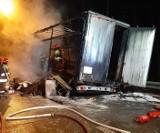 Spłonęła ciężarówka z przesyłkami kurierskimi! Wewnątrz były też świąteczne prezenty. Potężne straty! ZDJĘCIA