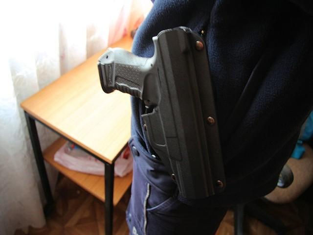Na zebraniu mieszkańców pojawiło  się dwóch uzbrojonych mężczyzn, z bronią w kaburach. Okazało się, że to policjanci.