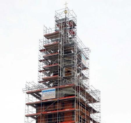 Magistrat co roku dokłada do poprawy wizerunku gminy. Właśnie rozpoczęto remont zabytkowego kościoła stojącego w centrum miasta.