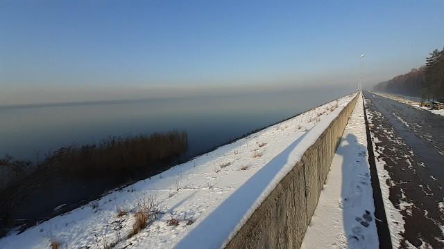 Korona zapory w Goczałkowicach - ZdrojuŁączy Goczałkowice – Zdrój z Zabrzegiem. Ma około 3 kilometrów długości doskonała na spacer, albo rolki.