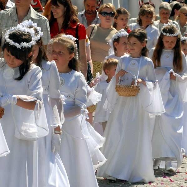 Tradycyjnie już w procesji uczestniczyły dzieci w strojach od pierwszej komunii świętej.