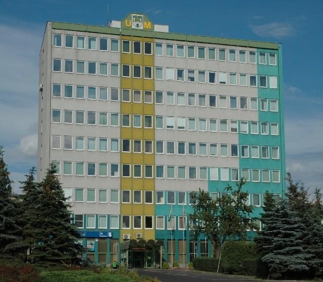 Prezydentowi miasta zarobki ustala rada. Reszta to wewnętrzna sprawa urzędu