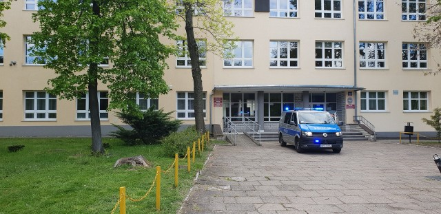 Taki patrol we wtorek wieczorem można było spotkać m.in. przed siedzibą Technikum nr 17 w Łodzi, czyli w jednej ze szkół, która odebrała zgłoszenie o rzekomej bombie 7 maja. Patrol dostał polecenie, aby pozostać przed placówką do środowego poranka