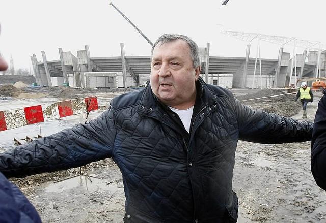 Prezes Witold Skrzydlewski na tle ciągnącej się jak flaki z olejem budowy stadionu Orła w Łodzi