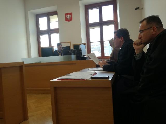 Proces Andrzeja W. ruszył w środę. Oskarżony nie stawił się na sali rozpraw. Broni go troje adwokatów