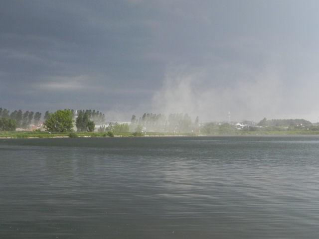 Urwanie chmury po drugiej stronie zalewu Dojlidy.
