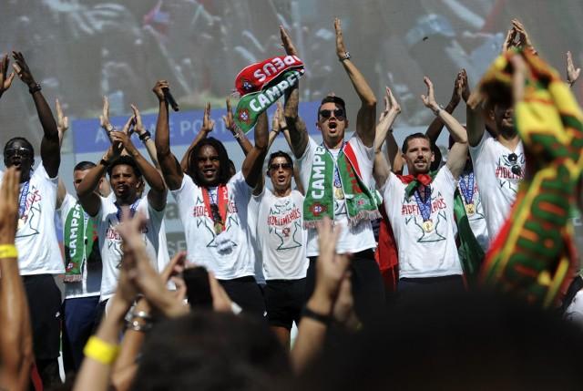 Samolot z mistrzami Europy wylądował dzisiaj na lotnisku w Lizbonie. Portugalskich piłkarzy powitał strumień wody w czerwono-zielonych barwach. Taką niespodziankę dla triumfatorów przygotowali miejscowi strażacy