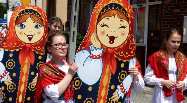 Matrioszki - kolorowe lalki w rosyjskich strojach ludowych królowały podczas 17. Międzynarodowego Festiwalu Kultury Dziecięcej Pacanów - Rosja 2019.