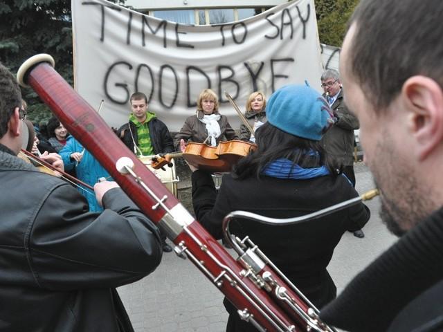"""Kilkadziesiąt osób z orkiestry i chóru zagrało wczoraj utwór """"Time To Say Goodbye"""". W ten sposób zażądali, by dyrektor Marcin Nałęcz-Niesiołowski natychmiast pożegnał się z posadą."""