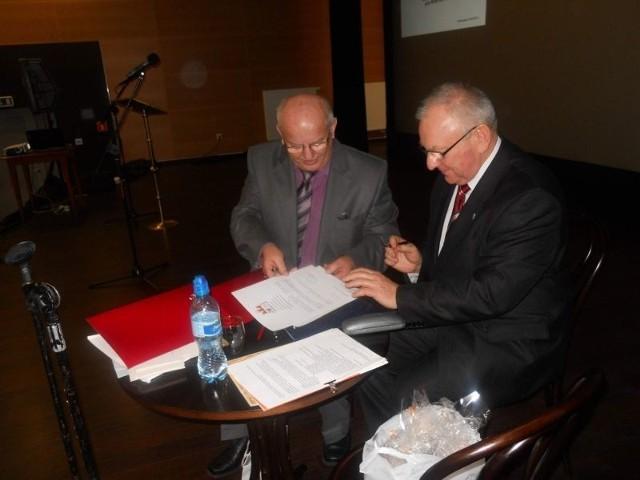 Porozumienie o działalności Uniwersytetu dla Aktywnych podpisują prof. dr hab. Stanisław Kunikowski (z lewej) i burmistrz Leszek Dzierżewicz