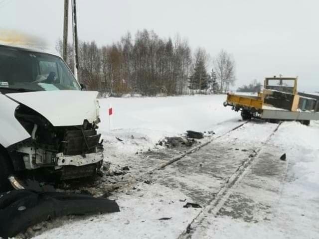 Stare Berezowo. Wypadek na przejeździe kolejowym. Bus zderzył się z drezyną