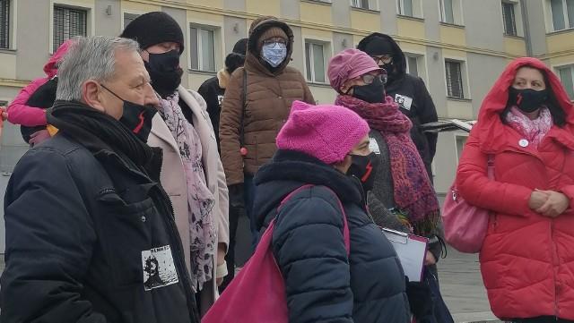 Protestujące kobiety przed komendą policji