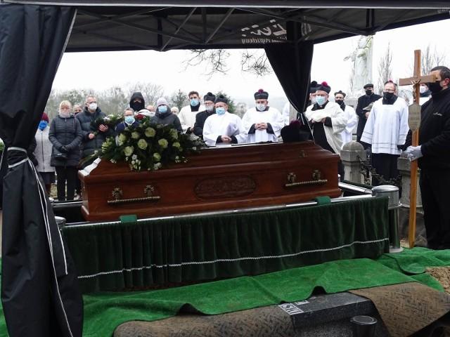 Ksiądz Jan Kujaczyński spoczął na cmentarzu parafialnym w Chełmnie. Swoją skromnością i życzliwością zyskał sobie szacunek wielu mieszkańców Chełmna i współpracujących z nim wikariuszy