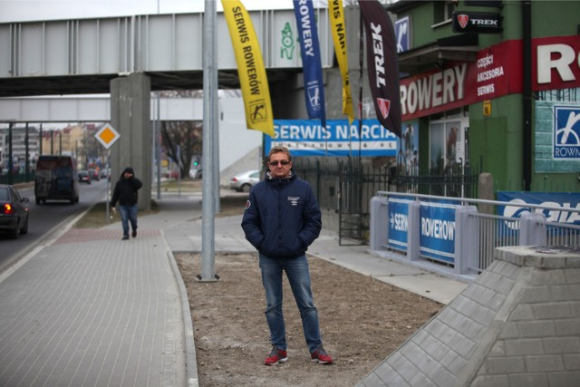 Jacek Barutowicz chce, aby do jego sklepu ponownie mogli dojechać klienci. Wystarczy, by urzędnicy poszerzyli chodnik
